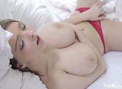 Acordou excitadinha e ficou se masturbando