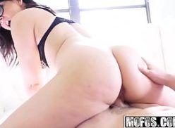 Novinha branquinha de bunda gostosa fazendo sexo